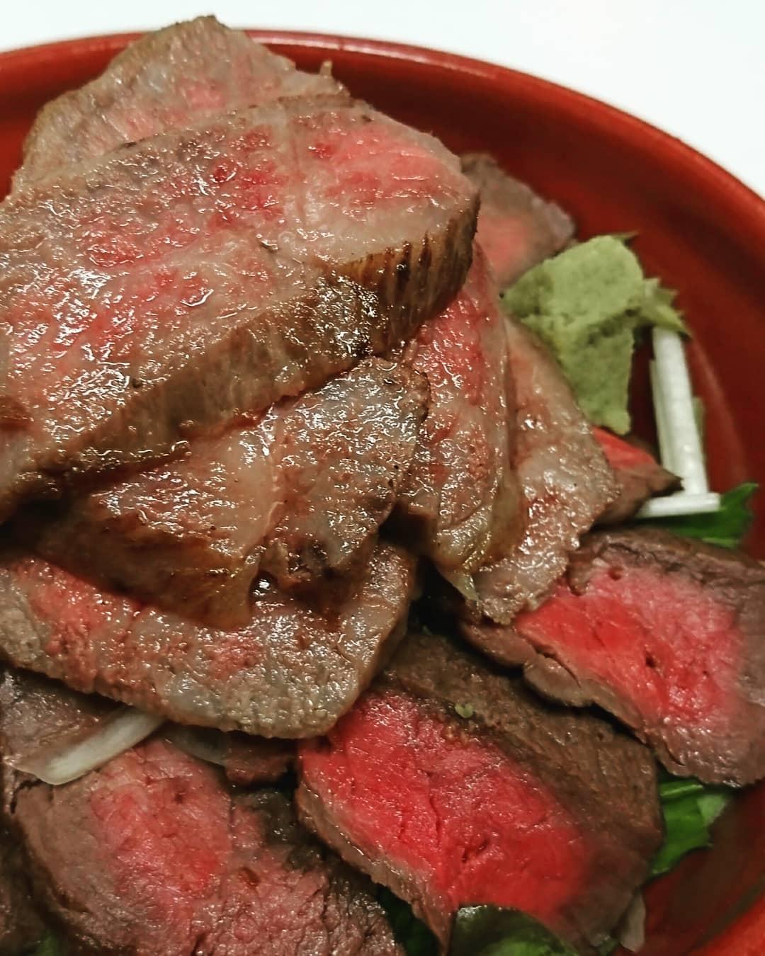 今日のテイクアウトメニューは… 疲れたなぁ~とか… あれっ? お肌が… なんて方におすすめ 疲労回復には豚肉のビタミンB1ですが、質の良い牛の赤身には体を温める効果があるそうです! 代謝を上げてパワーUP!! 黒毛和牛ステーキ丼 2000円  黒毛和牛  しゃぶしゃぶサラダ 700円 です♪ (税込)  ステーキは200グラムタップリ乗っています♪ しゃぶしゃぶサラダは火が入りすぎないギリギリで柔らかく仕上げてます♪ どちらもタレ・ドレッシングは別添えにして、 食べるタイミングかけてください♪ タレもドレッシングも自家製ですよ♪ ワサビでも美味しいですよლ(´ڡ`ლ)  是非お待ちしております(^O^)